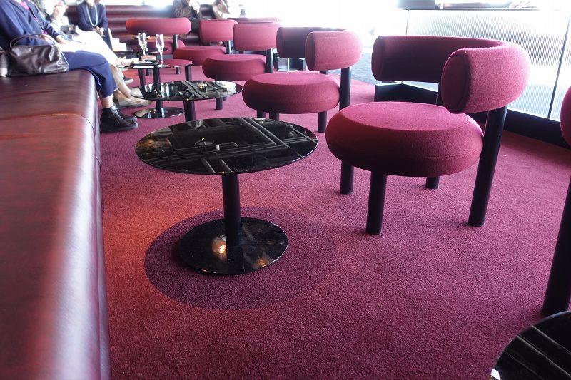 シックな色のカーペットのテーブル席
