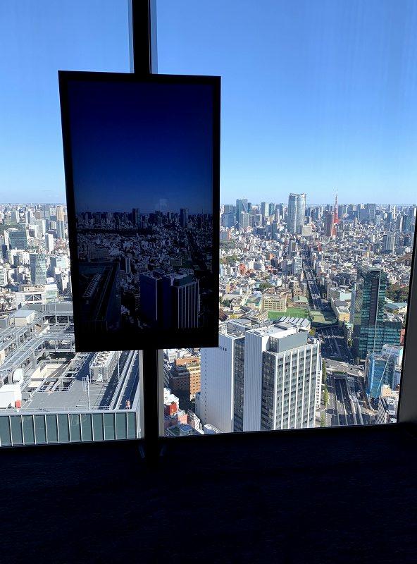 映像と渋谷の街並み
