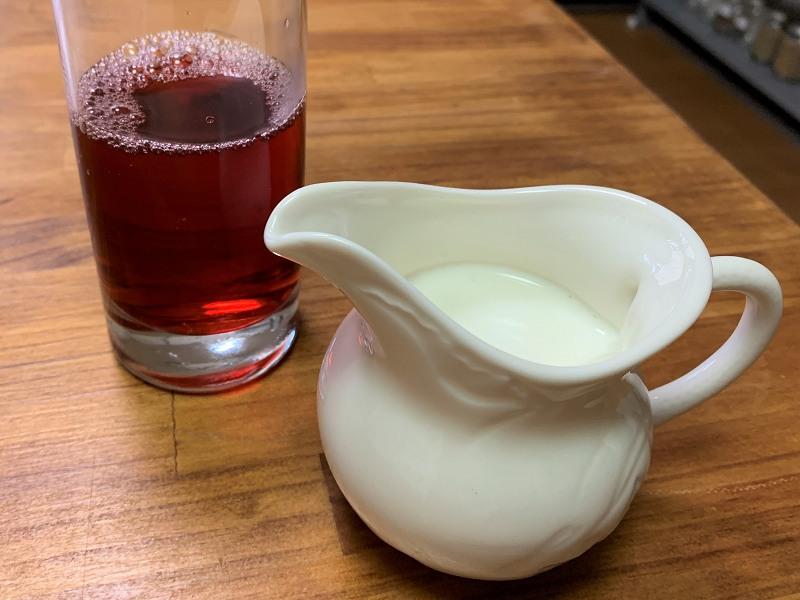 牛乳とローズヒップハイビスカスティー