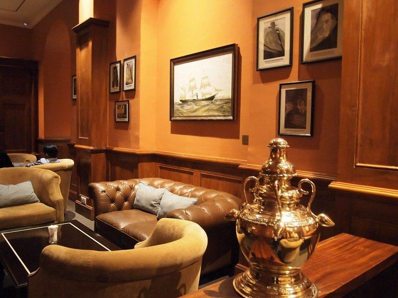 ゴールフェイスホテルのロビーにあるソファーとテーブル